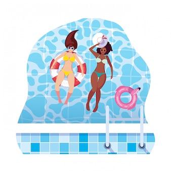 Międzyrasowe dziewczyny w strojach kąpielowych i ratownikach pływają w wodzie