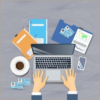 Miejsce pracy widok z góry kąt koncepcji człowiek biznesu siedzieć w biurze informacji turystycznej praca na komputerze przenośnym dokumentu