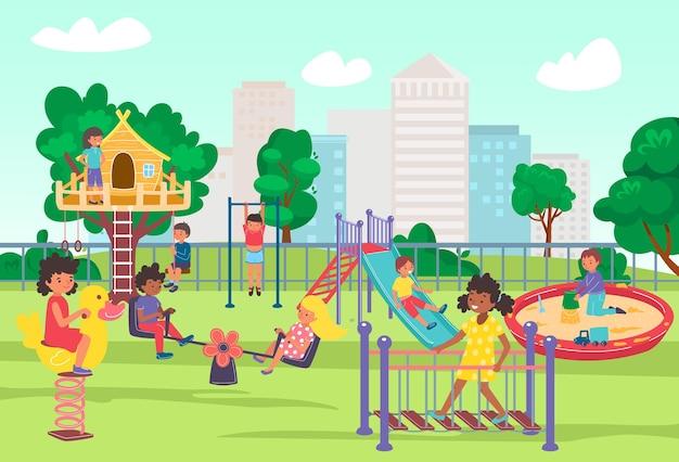 Miejski plac zabaw w letnim parku