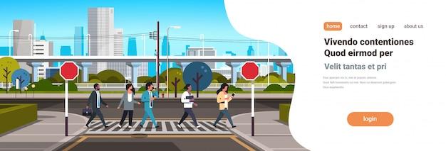 Mieszać ludzi rasy idących na przejściu dla pieszych