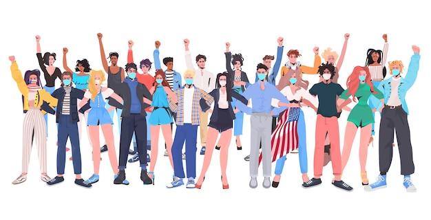 Mieszać ludzi rasy tłum w maskach z podniesionymi rękami stojącymi razem