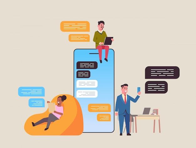 Mieszać ludzi rasy za pomocą aplikacji do rozmów na urządzeniach cyfrowych sieć społecznościowa czat bańka komunikacja koncepcja