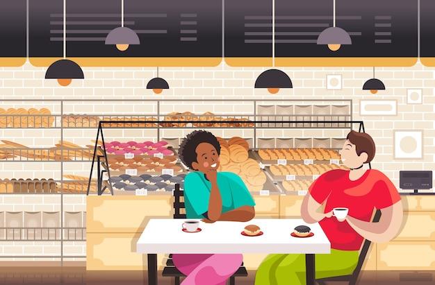Mieszać ludzi wyścigu picia kawy w piekarni para omawianie podczas śniadania restauracja wnętrza portret poziomy wektor ilustracja