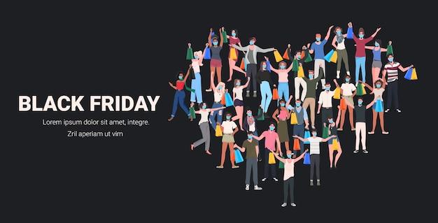 Mieszać rasę ludzi w maskach stojących w kształcie serca z podniesionymi rękami mężczyźni kobiety dobrze się bawią czarny piątek duża sprzedaż koncepcja kwarantanny koronawirusa pełna długość pozioma ilustracja wektorowa