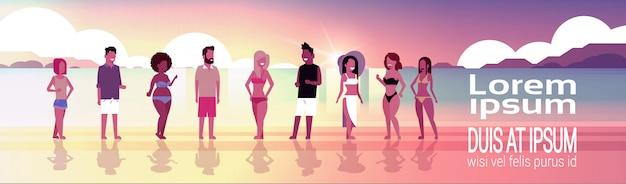 Mieszać rasy grupy ludzi na zachód słońca plaża wakacje nad morzem letnie wakacje