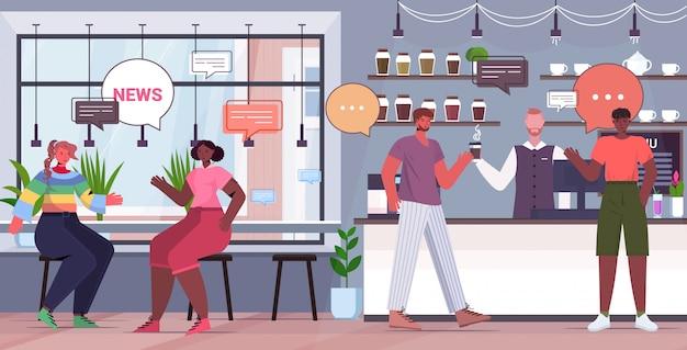 Mieszaj goście kawiarni wyścigowej, omawiając codzienne wiadomości podczas spotkania z koncepcją komunikacji bańki czatu. ludzie relaks w kawiarni pełnej długości poziomej ilustracji