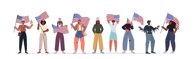 Mieszaj ludzi rasy w świątecznych czapkach trzymających flagi usa świętujące, 4 lipca transparent amerykańskiego dnia niepodległości