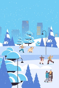 Mieszaj rasę ludzi w maskach podczas zimowej zabawy mężczyźni kobiety spędzają czas w parku na świeżym powietrzu koncepcja kwarantanny koronawirusa tło miasta pełna długość pionowa ilustracja wektorowa