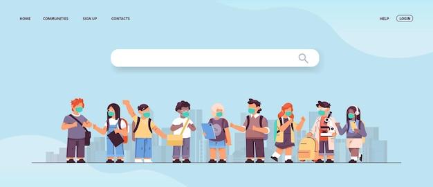 Mieszaj rasowe dzieci w wieku szkolnym noszące maski, aby zapobiec pandemii koronawirusa grupa dzieci w wieku szkolnym stojąca razem