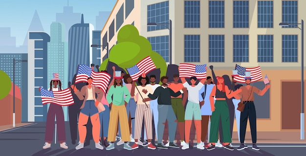 Mieszaj rasy ludzi tłum trzymający flagi usa świętujący, 4 lipca amerykański dzień niepodległości