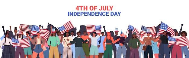 Mieszaj rasy ludzi tłum trzymający flagi usa świętujący, 4 lipca transparent amerykańskiego dnia niepodległości