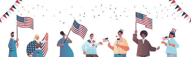 Mieszaj rasy ludzi trzymających flagi stanów zjednoczonych świętujących amerykański dzień niepodległości, sztandar 4 lipca
