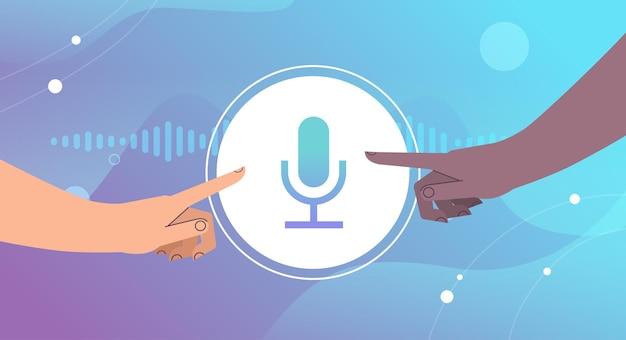 Mieszaj ręce wyścigu dotykając przycisku mikrofonu komunikującego się w komunikatorach za pomocą wiadomości głosowych aplikacja czatu audio media społecznościowe online koncepcja komunikacji poziomej ilustracji wektorowych