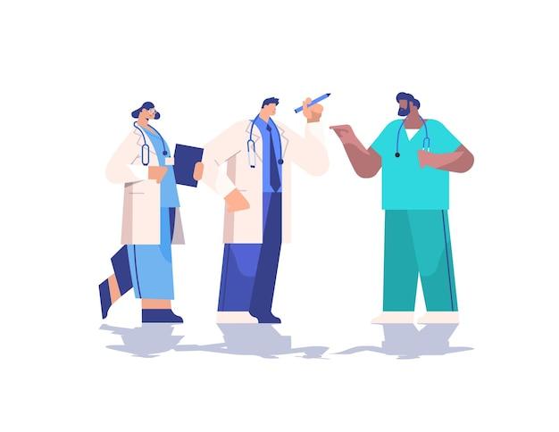 Mieszaj zespół lekarzy wyścigowych w mundurach omawiając podczas spotkania medycynę koncepcję opieki zdrowotnej pozioma pełna długość