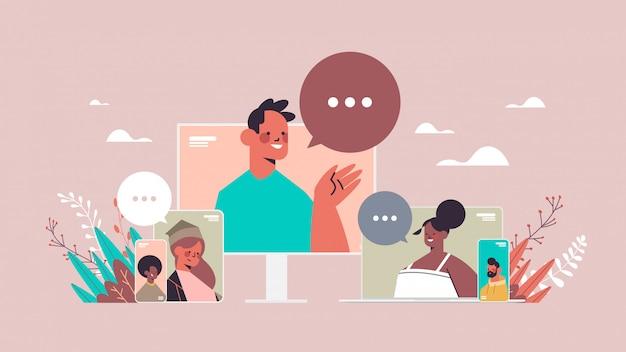 Mieszaj znajomych z wyścigów rozmawiających podczas rozmów wideo z osobami prowadzącymi wirtualne rozmowy konferencyjne na żywo