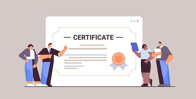 Mieszana rasa absolwenci biznesmeni w pobliżu ogromny certyfikat szczęśliwi absolwenci świętują dyplom akademicki dyplom korporacyjny koncepcja edukacji pozioma pełna długość