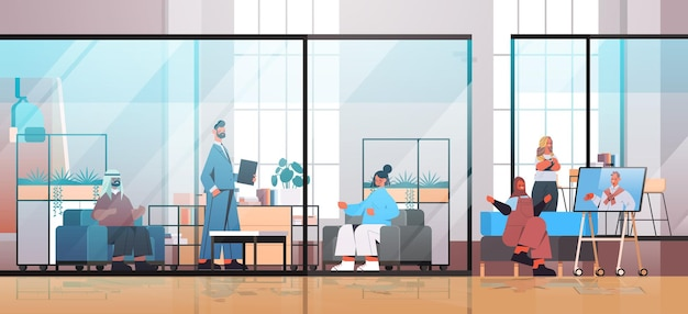 Mieszanka biznesmenów wyścigowych pracujących i rozmawiających w centrum coworkingowym spotkanie biznesowe koncepcja pracy zespołowej