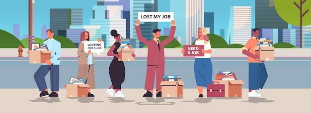 Mieszanka rasa kadra kierownicza trzymająca zatrudniamy dołącz do nas plakaty wakat otwarta rekrutacja koncepcja zasobów ludzkich tło miasta pozioma pełna długość ilustracja wektorowa