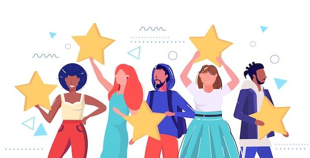 Mieszanka rasa ludzie trzymający recenzje gwiazdki ocena klientów opinie klientów poziom zadowolenia mężczyźni kobiety stojąc razem szkic portret poziomy