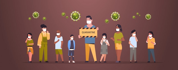 Mieszanka rasa ludzie w ochronnych maskach mienie sztandary kwarantanny zatrzymują koronawirusa pojęcie wuhan pandemiczny ryzyko zdrowotne pełnej długości