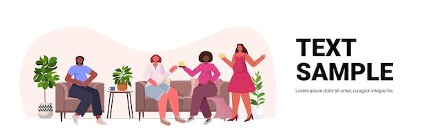 Mieszanka rasy kobiety omawiające podczas spotkania ruch na rzecz wzmocnienia pozycji kobiet związek siły kobiet feministek koncepcja kopia przestrzeń