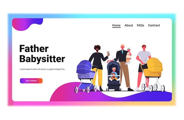 Mieszanka rasy ojcowie spacerujący na świeżym powietrzu z noworodkami w wózkach koncepcja rodzicielstwa ojcostwa tatusiowie spędzający czas z dziećmi pozioma przestrzeń do kopiowania