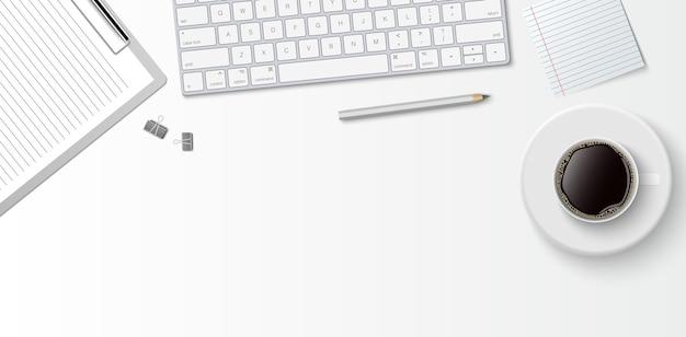 Mieszkanie leżało minimalne miejsce do pracy, widok z góry biurko z klawiaturą komputerową, schowkiem i filiżanką kawy na białym tle