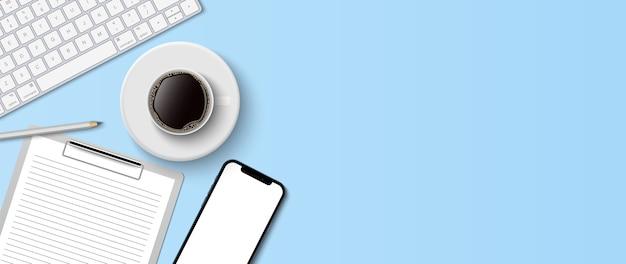Mieszkanie leżało minimalne miejsce do pracy, widok z góry biurko z klawiaturą komputerową, schowkiem i filiżanką kawy na niebieskim tle