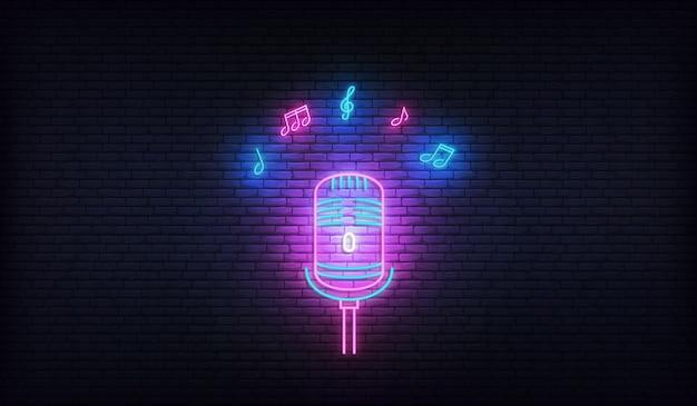 Mikrofon z nutami. neonowy szablon do karaoke, muzyki na żywo, pokazu talentów.
