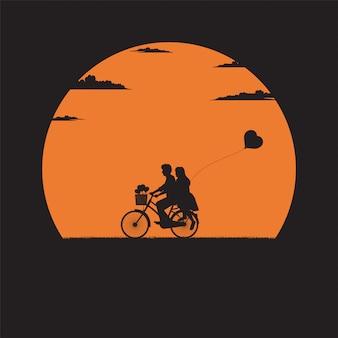 Miłośnicy na rowerze i balon w kształcie serca
