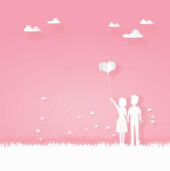 Miłośnik nosić serce balon spaceru w ogrodzie