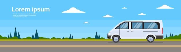Mini autobusowy pasażerski samochód na drogowym minibusa sztandarze