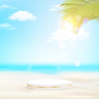 Minimalistyczne geometryczne podium z plażą dzienną i liśćmi palmowymi.