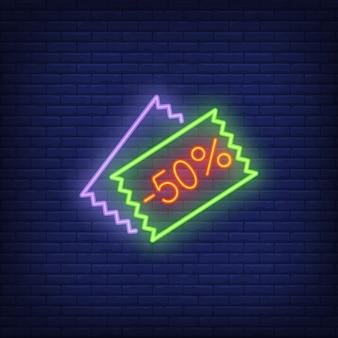 Minus kuponów rabatowych o wartości pięćdziesięciu procent. element znaku neonowego. noc jasna reklama.