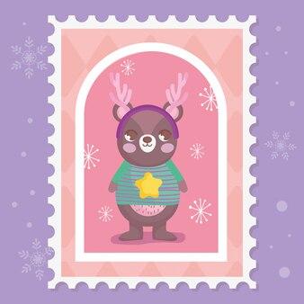 Miś z szalikiem, rogami i swetrem wesołych świąt bożego narodzenia znaczek