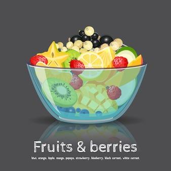 Miska z egzotycznymi owocami i słodkimi jagodami