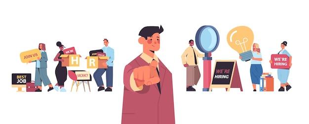 Mix menedżerów wyścigu hr wybierając szczęśliwego kandydata, wskazując palcami na wakat kamery otwarta rekrutacja koncepcja zasobów ludzkich pozioma wektorowa ilustracja