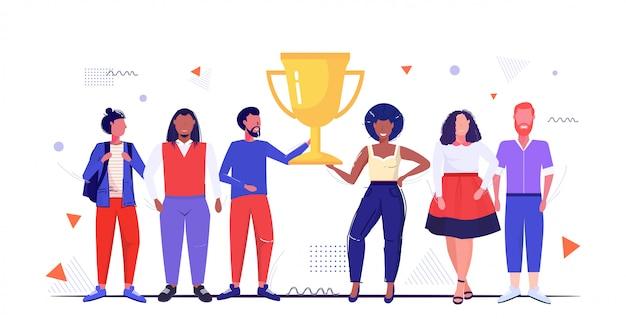 Mix race ludzie trzymający złoty puchar trofeum pierwsze miejsce mistrzostwa koncepcja mężczyźni kobiety stojąc razem szkic pełnej długości poziomej