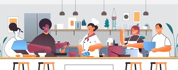 Mix race szefowie kuchni przygotowywanie potraw ludzie gotowanie żywności szkoła kulinarna koncepcja kuchnia wnętrze poziome portret ilustracja