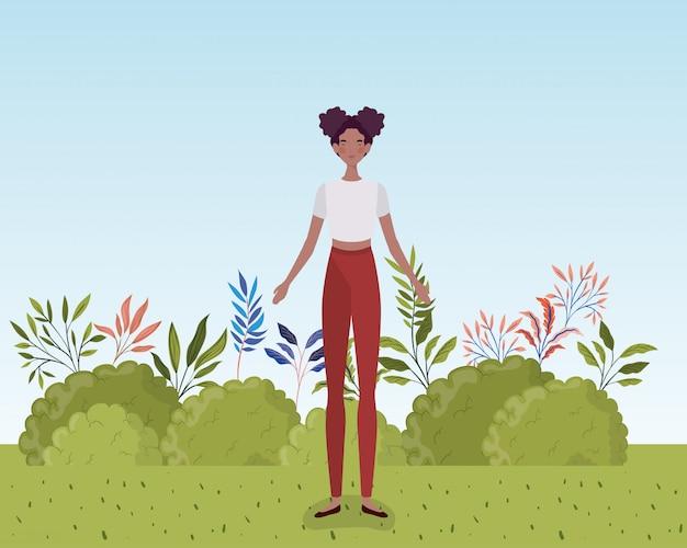 Młoda afro kobieta stoi w obozie