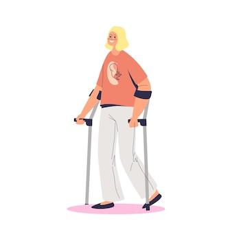 Młoda dziewczyna niepełnosprawna chodzenie o kulach. kobieta z niepełnosprawnością w trakcie rekonwalescencji lub rehabilitacji