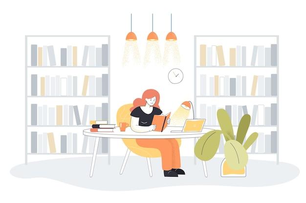 Młoda kobieta czyta książkę we wnętrzu biblioteki