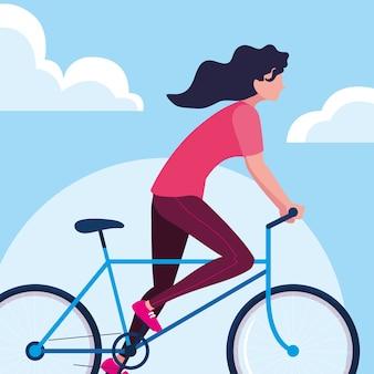 Młoda kobieta jedzie rower z niebem i chmurami