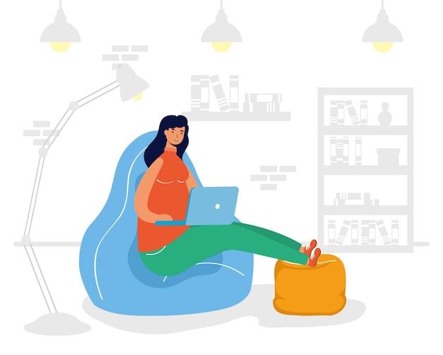 Młoda kobieta kobieta pracująca w laptopie w pozycji siedzącej w kanapie