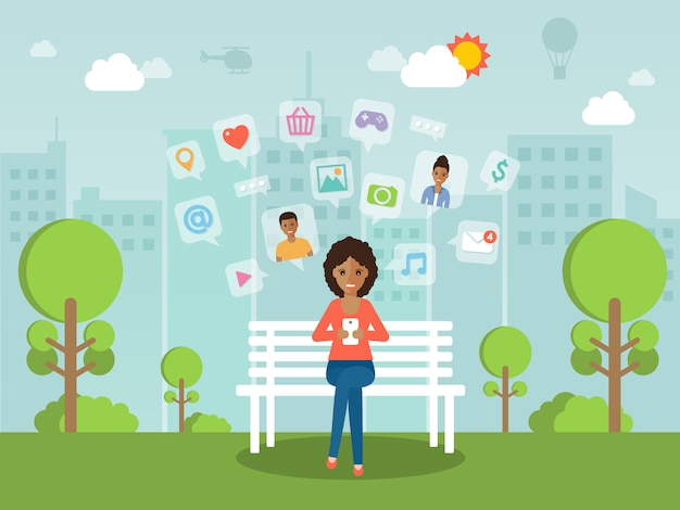 Młoda kobieta na czacie online na sieci społecznej z smartphone.