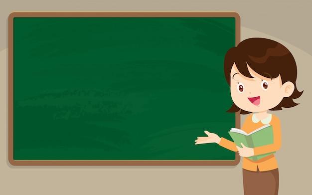 Młoda kobieta nauczyciel przed chalkboard