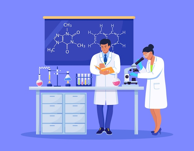 Młoda kobieta naukowiec patrząc przez mikroskop w laboratorium robi badania chemiczne, analizę mikrobiologiczną lub test medyczny. mężczyzna z folderem zapisuje wyniki