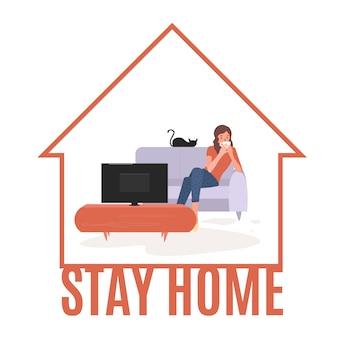 Młoda kobieta ogląda telewizję. dziewczyna leży na kanapie z kubkiem kawy i ogląda serial telewizyjny. kobieta odpoczywa w przytulnym salonie po pracy i ogląda film.