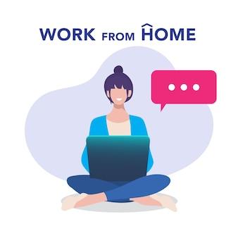 Młoda kobieta pracuje, studiując z laptopem w domu