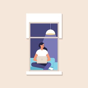 Młoda kobieta pracuje w domu przy komputerze. praca w domu.